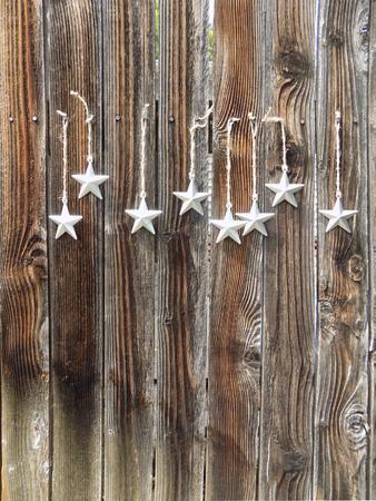 素朴なフェンスに銀の星
