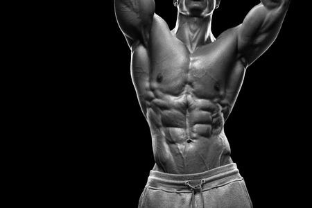 健身: 英俊的動力運動的年輕男子與巨大的身形。強健美與六塊腹肌完美的二頭肌肩三頭肌和胸部。圖片有剪輯路徑