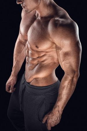 nackt: Junge athletische Mann Torso zeigt Sixpack. Starke Bodybuilder mit Sixpack perfekte abs Schultern Bizeps Trizeps und Brust Lizenzfreie Bilder