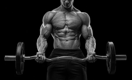 Close-up portret van een gespierde man training met halter op sportschool. Brutale bodybuilder atletische man met zes pack abs perfecte schouders biceps triceps en borst. Deadlift halters training. Zwart-wit foto