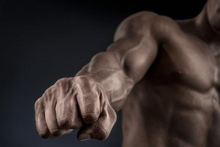 deportistas: Primer plano de un puño man39s. Fuerte y man39s energía mano con los músculos y las venas. Shooting del estudio.