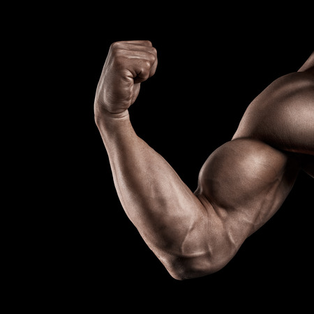 musculos: Primer de la mano de un power fitness man39s. Hombre joven fuerte y guapo, con los músculos y los bíceps. Estudio de fotografía en fondo negro. Foto de archivo
