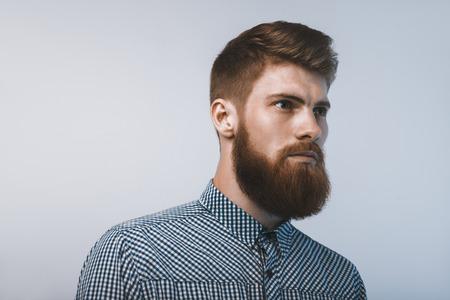 髭の男は、自信を持って楽しみ。白い背景で撮影スタジオ