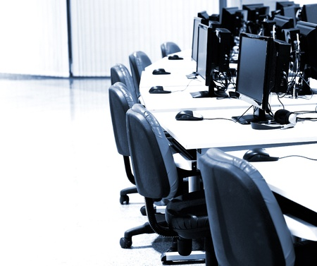 centro de computo: sala de informática con computadoras modernas en la fila