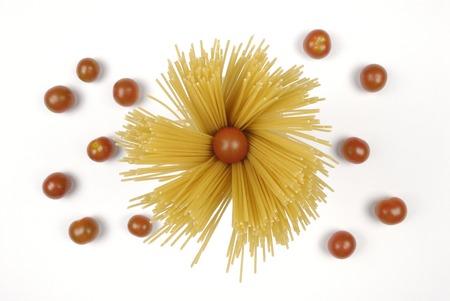 pasta: Una gran cantidad de espaguetis dibujo un c�rculo en un Vertical Foto de archivo