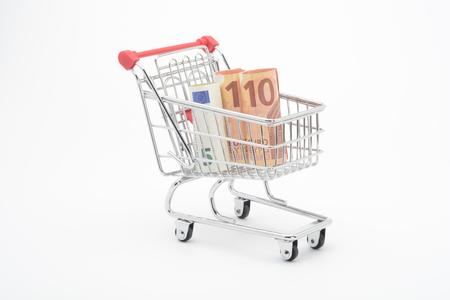 Carro de compras y billetes en euros de 5 y 10 euros Foto de archivo