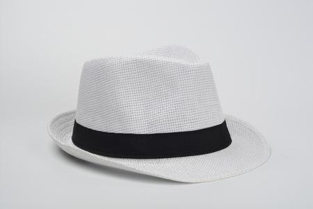 Sombrero blanco sobre fondo blanco Foto de archivo - 96073346