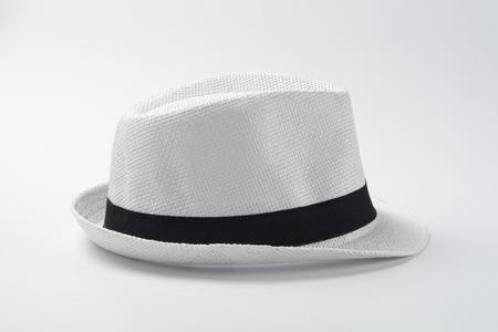 Sombrero blanco sobre fondo blanco Foto de archivo - 96049357