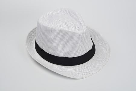 Sombrero blanco sobre fondo blanco Foto de archivo - 96049359