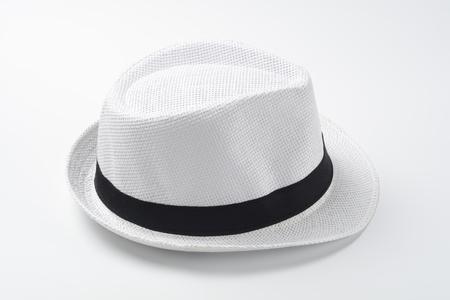 Sombrero blanco sobre fondo blanco Foto de archivo - 96073352