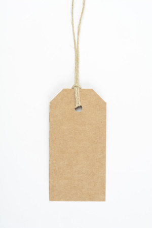 Bruin kartonetiket dat met koord op witte achtergrond wordt geknoopt