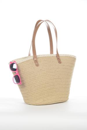Wicker beach bag on white background Foto de archivo - 105234274
