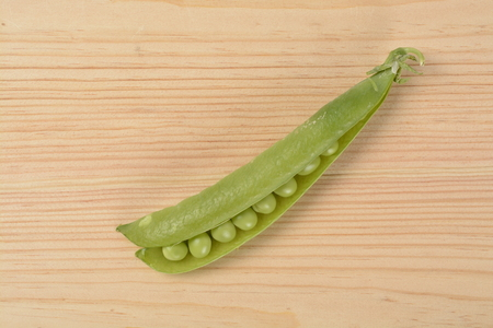 Raw peas on the wooden table Banque d'images - 118517749