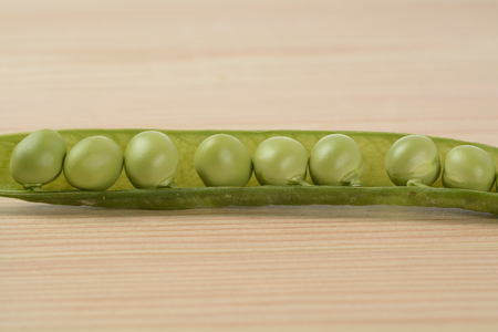 Raw peas on the wooden table Banque d'images - 118517815