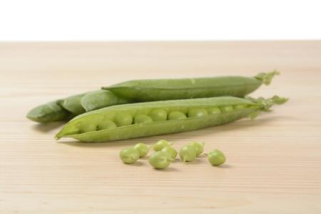 Raw peas on the wooden table Фото со стока - 118518278