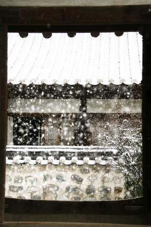 冬の韓国の伝統的な家屋の韓屋の風景」