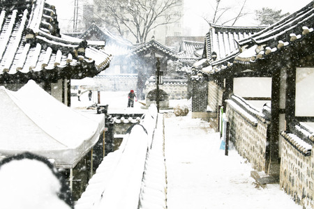 冬の韓国の伝統的な家屋、韓屋の風景」
