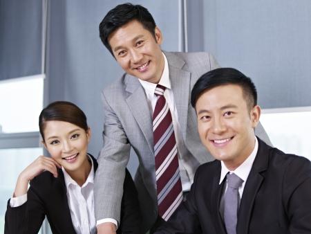 membres: une �quipe de gens d'affaires asiatique regardant la cam�ra et souriant