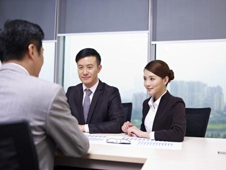n�gocier: asiatique rencontrer des gens d'affaires dans le bureau