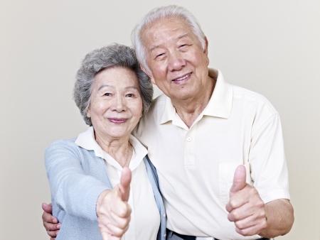 ancianos felices: retrato de una pareja asi�tica altos