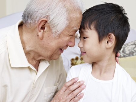 pequeño: abuelo hablando con su nieto