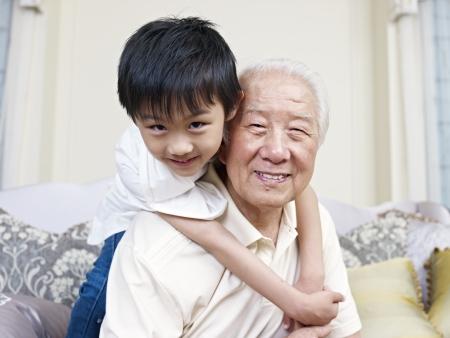 祖父と孫の家で楽しんで 写真素材