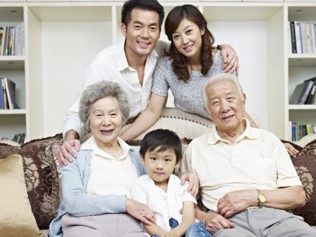 三世代のアジア家族の肖像画