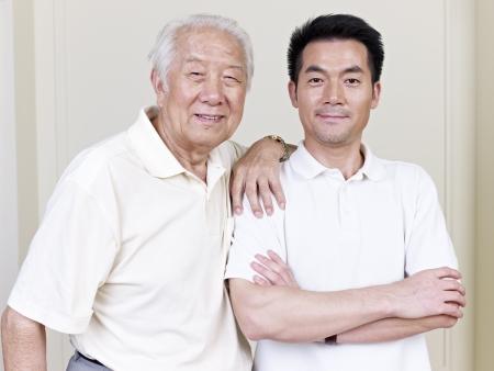 apoyo familiar: retrato de padre e hijo asiáticos Foto de archivo