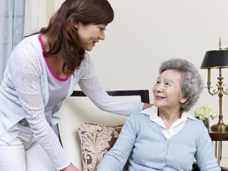 companionship: Asia mujer mayor y su hija adulta Foto de archivo