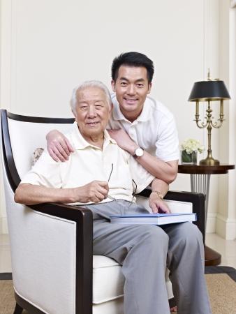 padre e hijo: retrato de una mayor asi�tica y su hijo adulto