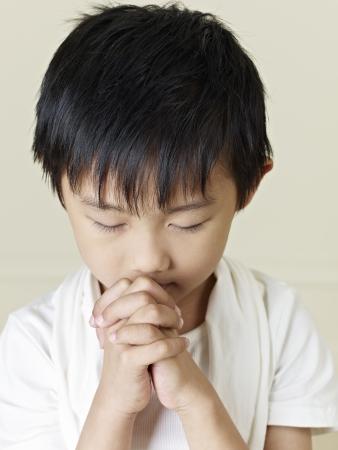 old year: sei anni ragazzino asiatico pregando