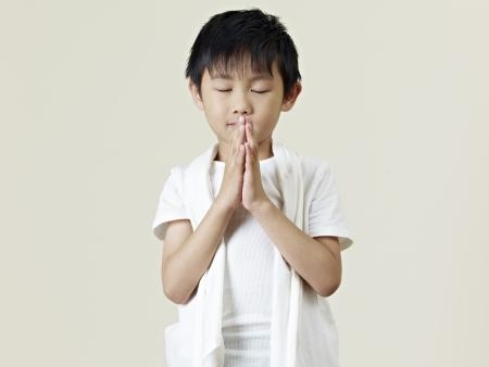 kelet ázsiai kultúra: Hat éves kis ázsiai fiú imádkozott Stock fotó