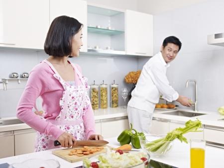 asia smile: pareja asi�tica preparar comida juntos en la cocina Foto de archivo
