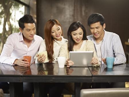 socializando: los jóvenes que usan el ordenador de la tableta durante la recolección de café