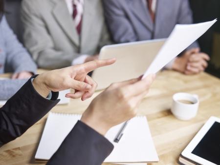 Les gens d'affaires en revue la performance des ventes dans une réunion Banque d'images - 25409198