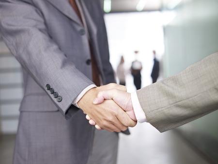 estrechando mano: Empresarios agitando las manos