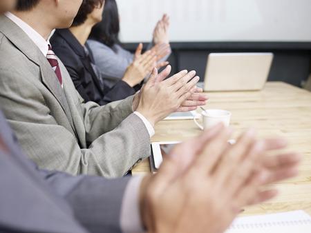 회의 중에 박수하는 사업 사람들 스톡 콘텐츠