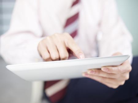 tapping: uomo d'affari toccando schermo del computer tablet Archivio Fotografico