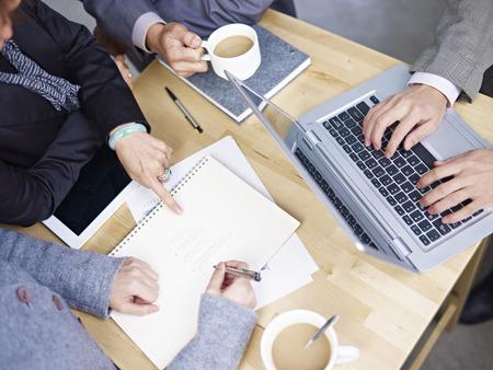 mensen uit het bedrijfsleven bijeen in het kantoor Stockfoto