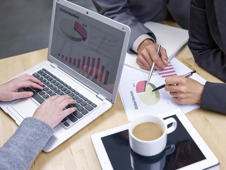 Gens d'affaires réunis à bureau Banque d'images - 27032082
