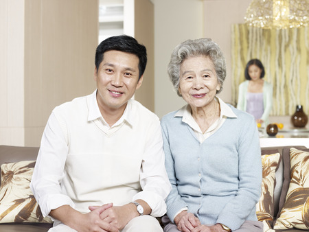 thuis portret van Aziatische moeder en zoon Stockfoto
