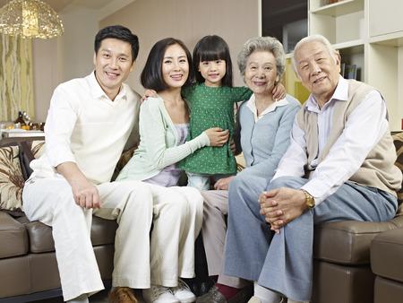 familias unidas: casa retrato de una familia asi�tica de tres generaciones