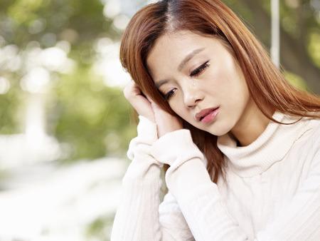 donna che grida: giovane donna piangere con le lacrime sul viso