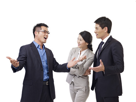 business skeptical: la gente de negocios de Asia hablando, aislados en blanco