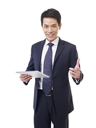 les geven: jonge Aziatische zakenman met tablet-computer, geïsoleerd op wit