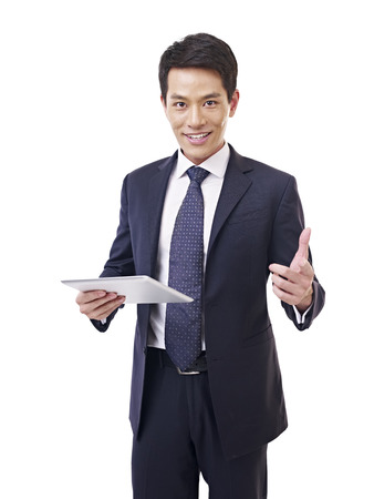 business smile: joven empresario asi�tico con la computadora de la tableta, aislado en blanco Foto de archivo