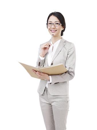 junge Frau mit Notebook in der Hand, isoliert auf weiß