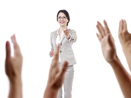 preguntando: maestro de escuela de sexo femenino asiático, aislado en blanco