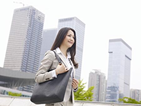 도시를 산책하는 젊은 여자 스톡 콘텐츠