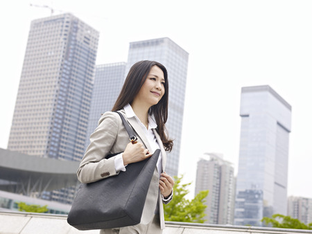 jonge vrouw lopen in de stad